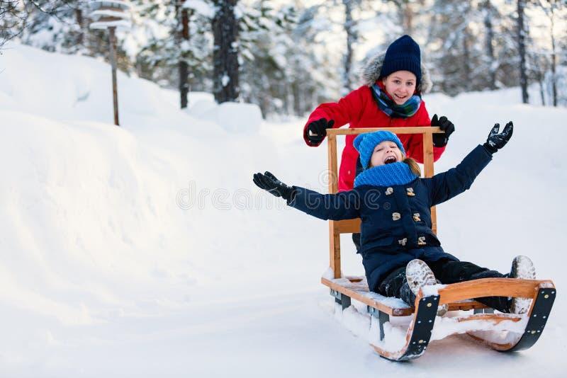 Enfants dehors l'hiver photographie stock libre de droits