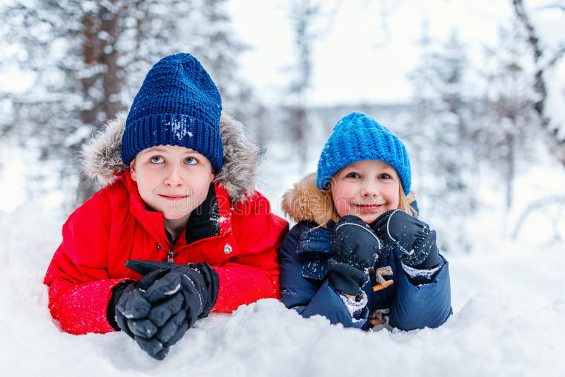 Enfants dehors l'hiver photos stock