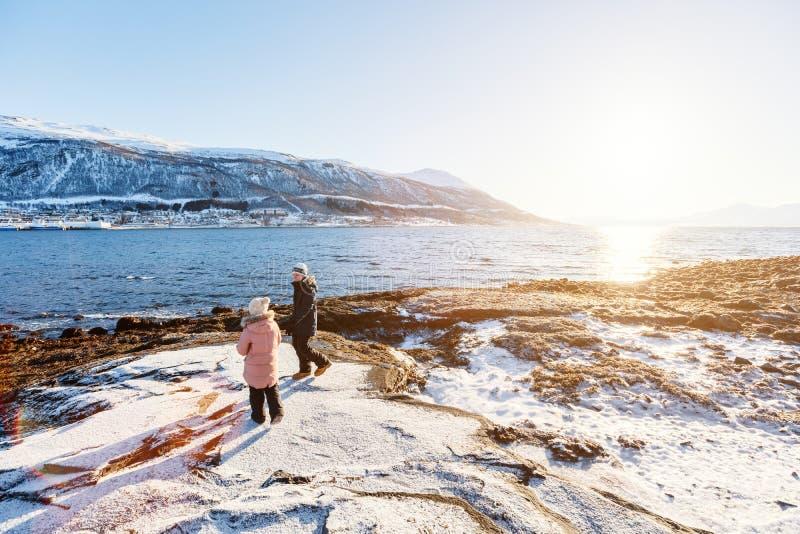 Enfants dehors l'hiver photo libre de droits