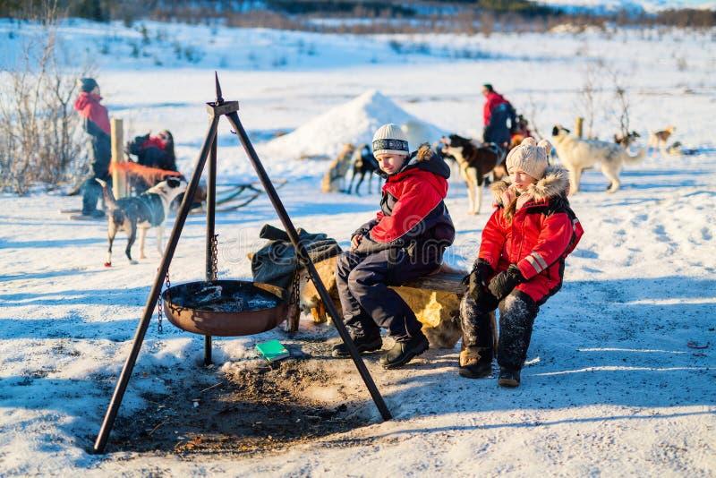 Enfants dehors l'hiver image stock