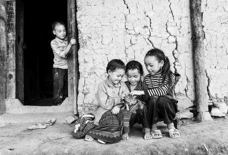 Enfants des minorités ethniques autour avec le chat photos stock