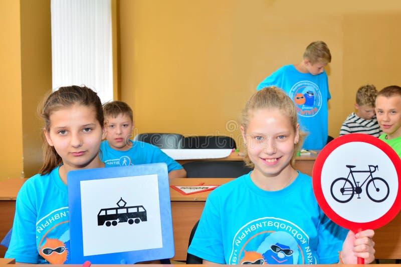 Enfants des vacances dans la ville de la science des enfants de colonie de vacances La leçon sur l'étude de la sécurité routière, photos stock