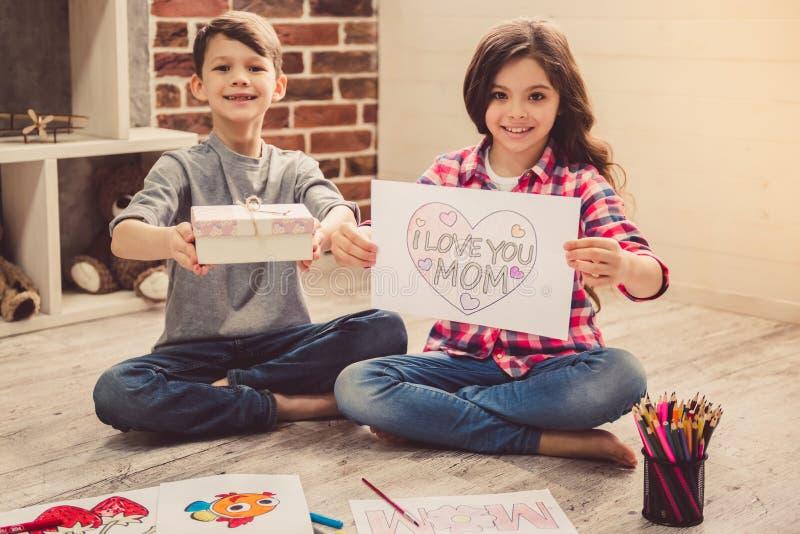 Enfants dessinant à la maison image libre de droits