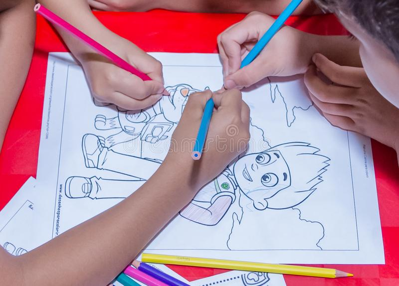 Enfants dessinant dans l'art image stock