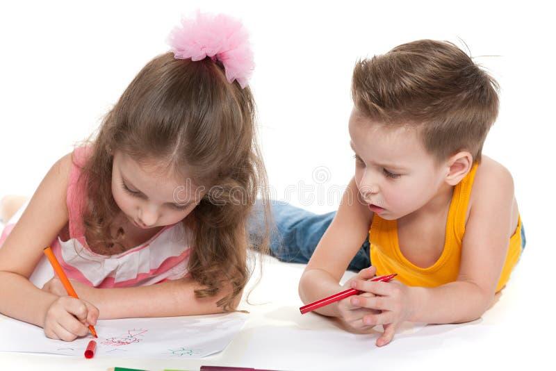 Enfants dessinant sur le papier photo stock