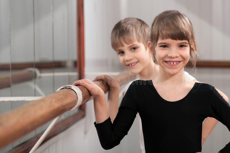 Enfants restant au barre de ballet images stock