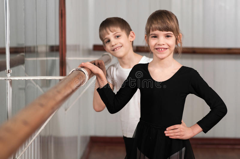 Enfants restant au barre de ballet photo stock
