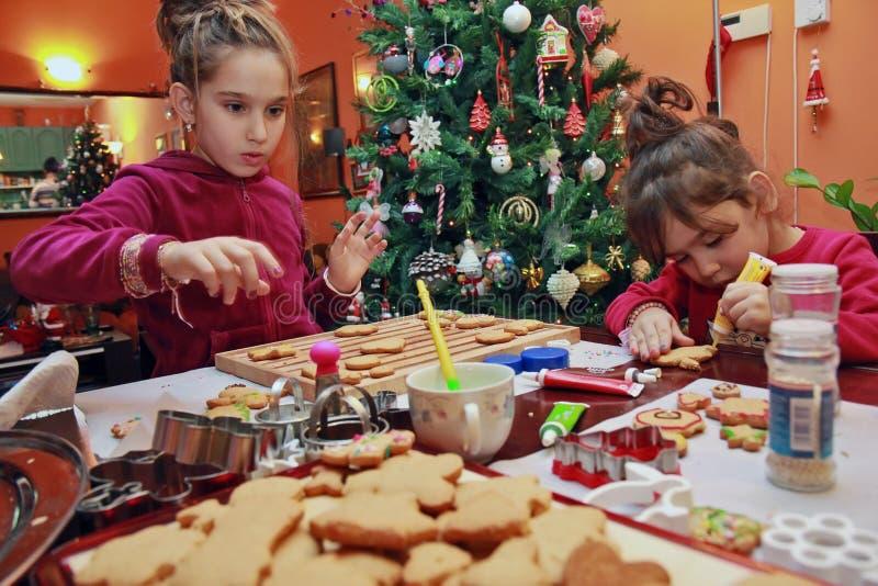 Enfants effectuant des biscuits image libre de droits