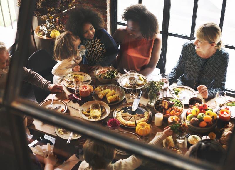 Enfants embrassant le concept de célébration de dîner de thanksgiving photos stock