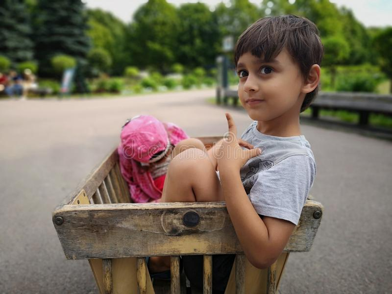 Enfants en bas âge dans le char de zoo photos libres de droits