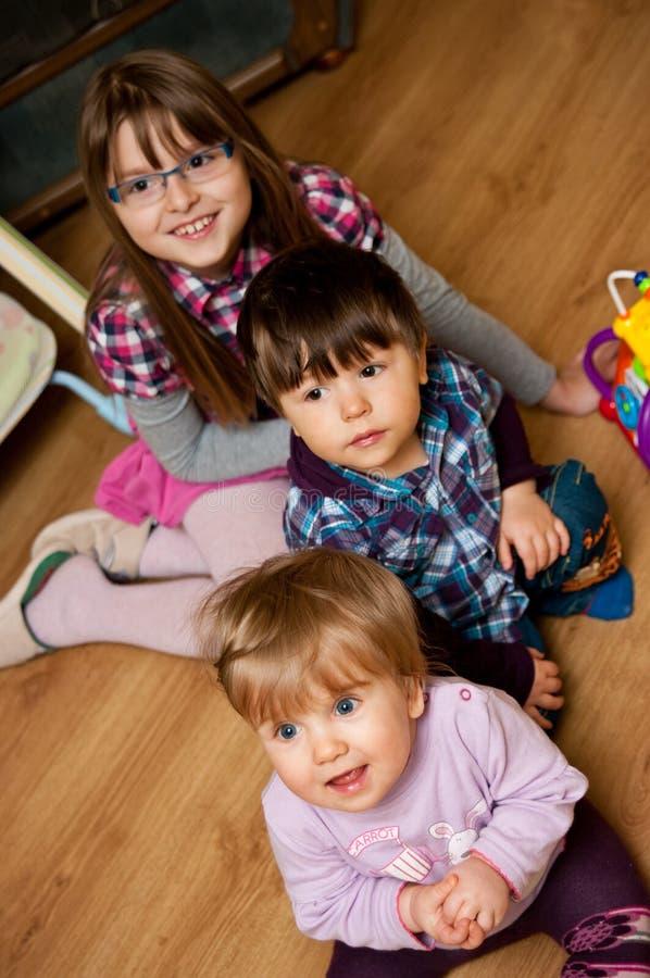 Enfants en bas âge heureux photographie stock libre de droits