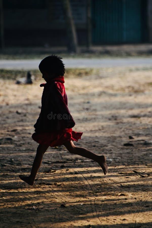Enfants en bas âge jouant autour d'un endroit au Bangladesh photographie stock
