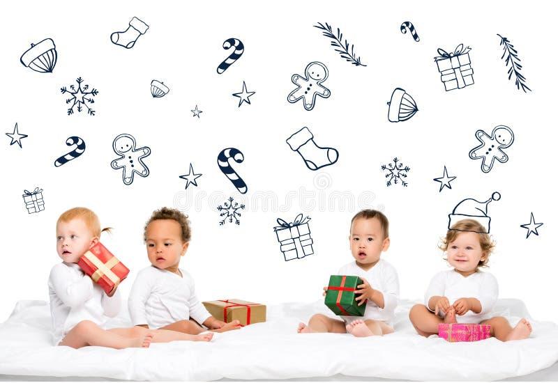 enfants en bas âge multi-ethniques avec les cadeaux enveloppés image libre de droits