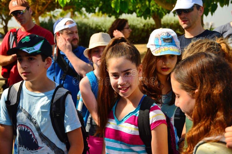 Enfants en excursion sur le terrain photos libres de droits