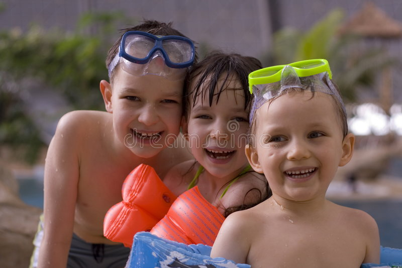 Enfants en piscine images stock