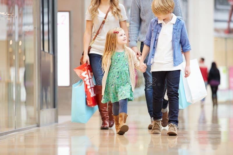 Enfants en voyage au centre commercial avec des parents photos libres de droits