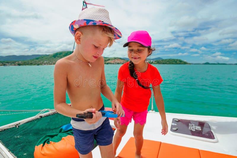 Enfants en voyage de catamaran images libres de droits