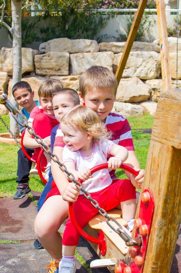 Enfants ensemble au terrain de jeu photo stock