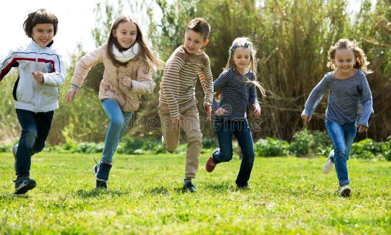 Enfants enthousiastes complètement d'énergie photos libres de droits
