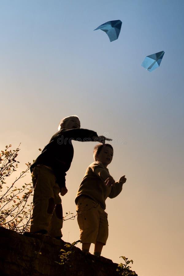 Enfants et avions de papier photos libres de droits
