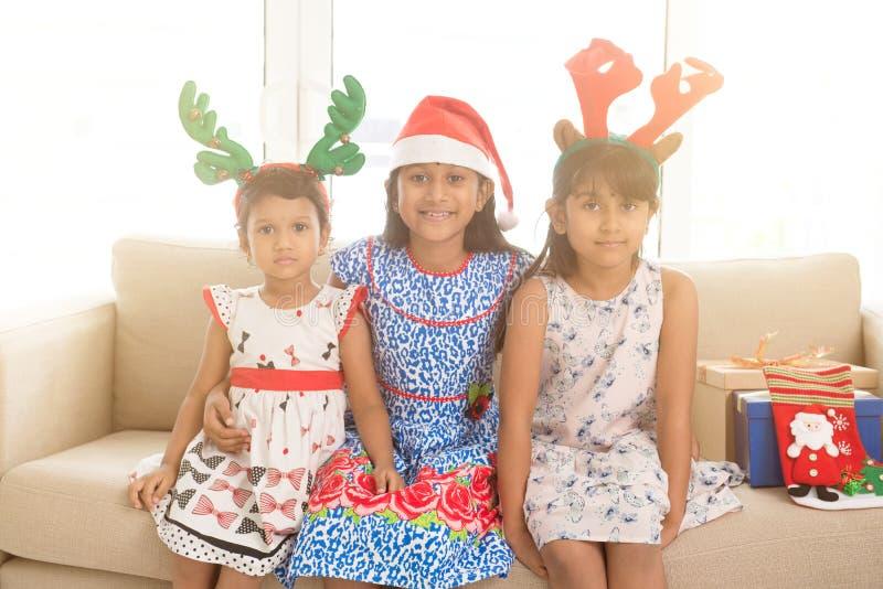 Enfants et cadeaux indiens de Noël photos stock
