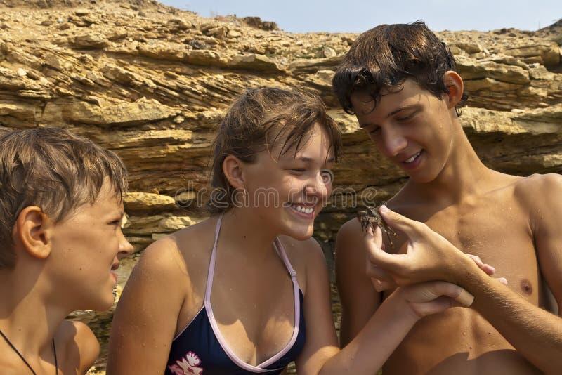 Enfants et crabe photos stock
