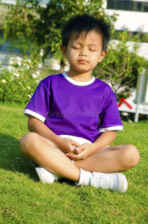 Enfants et méditation image stock