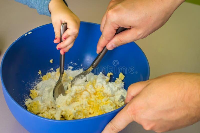Enfants et mains de papa préparant la pâte sablée image libre de droits