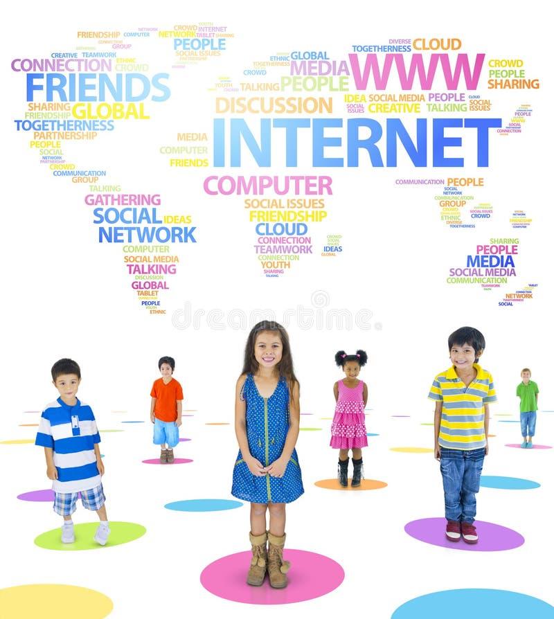 Enfants et mots orientés de mise en réseau sociale image libre de droits