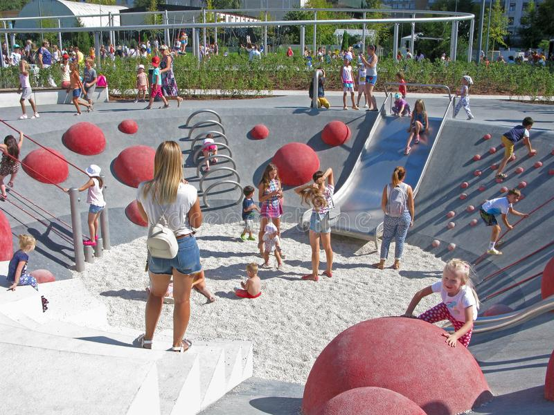 Enfants et parents sur le terrain de jeu, repos actif en parc photos libres de droits