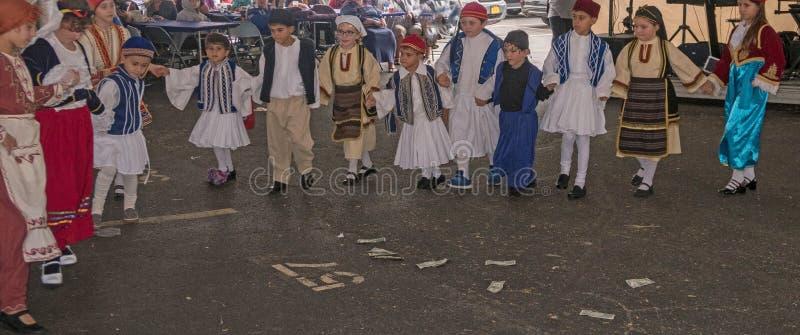 Enfants exécutant la danse folklorique grecque image stock