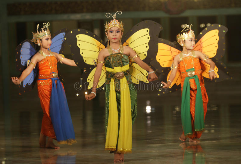Enfants exécutant la danse traditionnelle photos libres de droits
