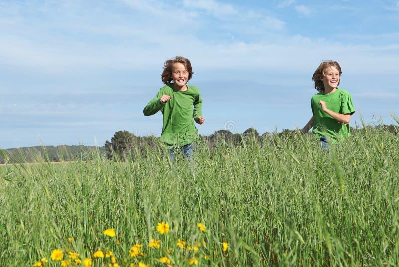 Enfants exécutant le jeu à l'extérieur photographie stock libre de droits