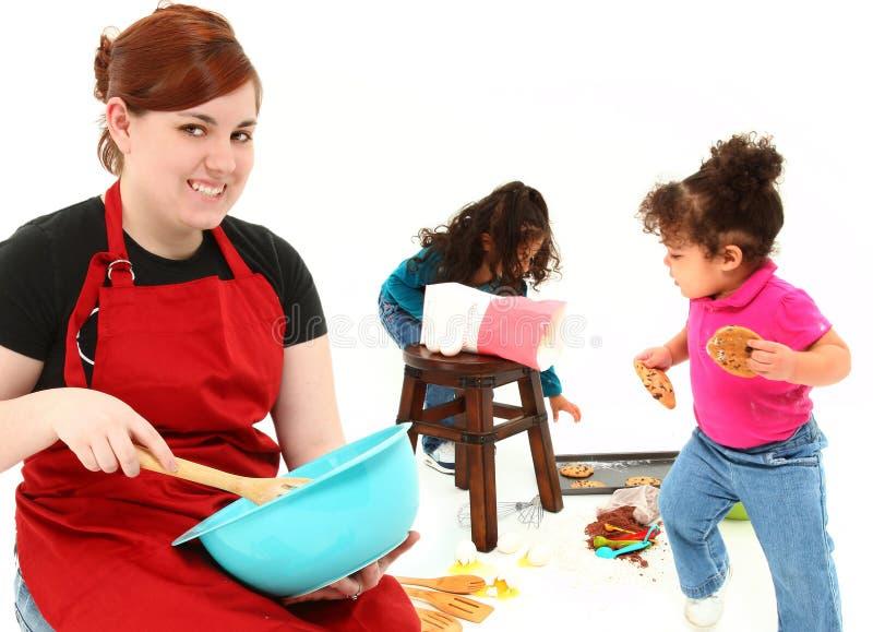 Enfants faisant des biscuits cuire au four photos stock