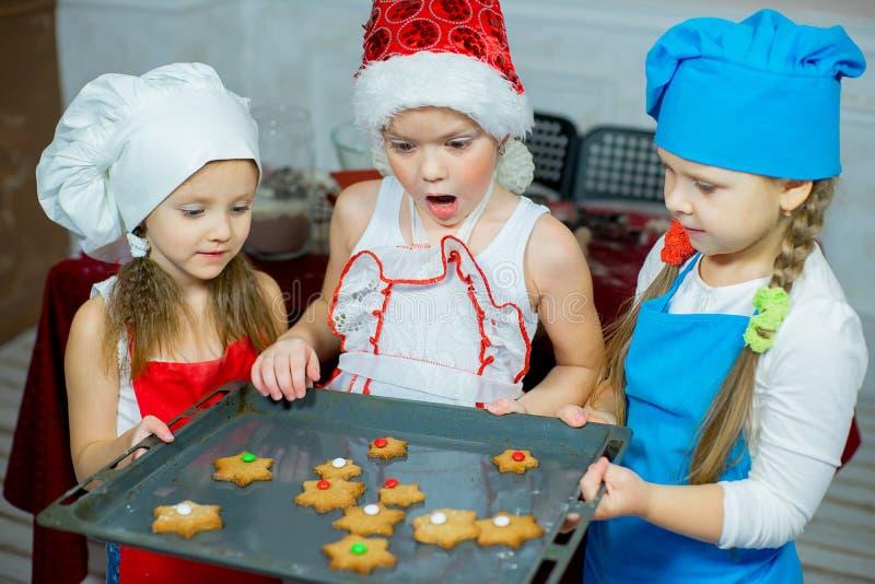 Enfants faisant des biscuits cuire au four de Noël photographie stock