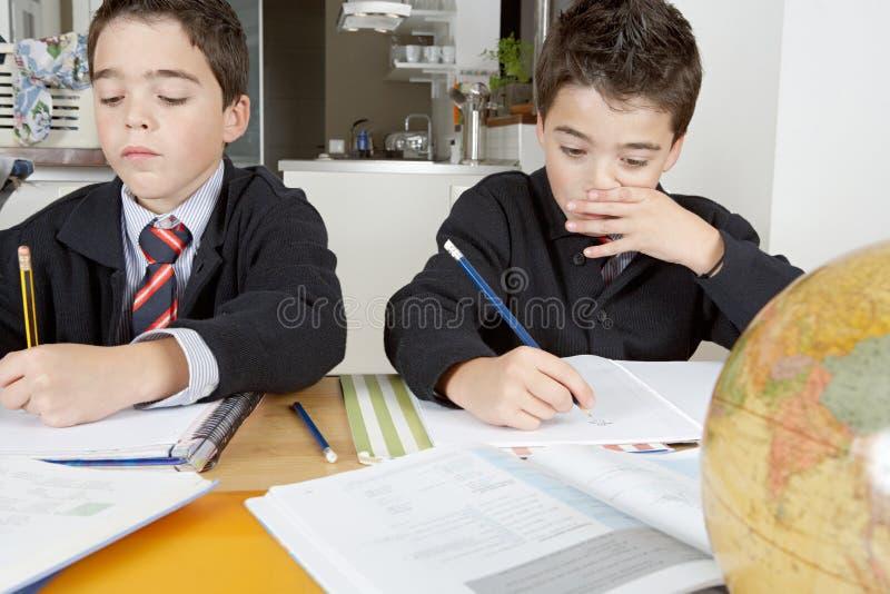 Enfants faisant le travail à la maison photo stock