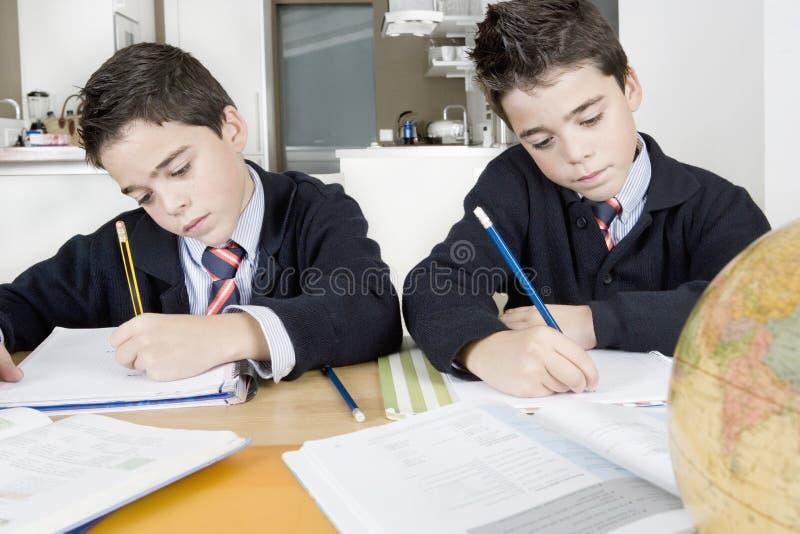 Enfants faisant le travail à la maison photographie stock libre de droits