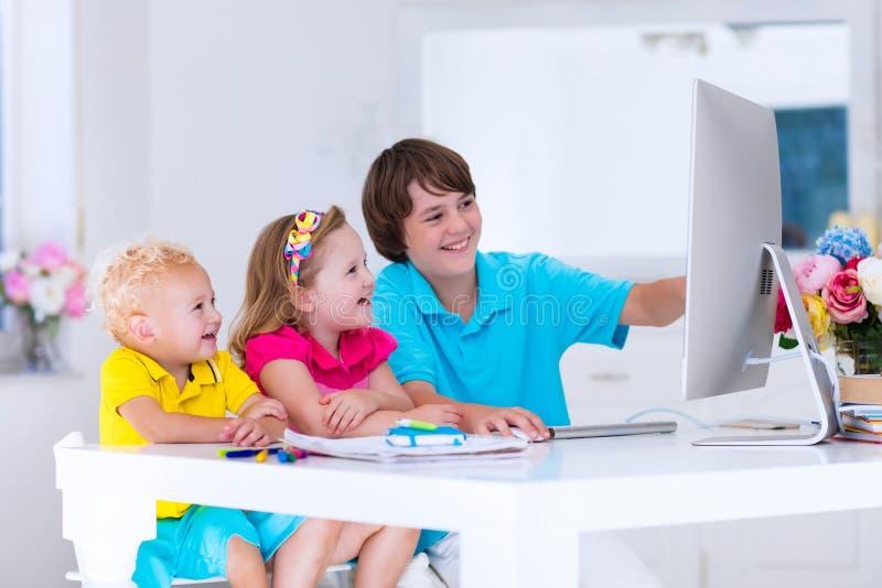 Enfants faisant le travail avec l'ordinateur moderne images libres de droits