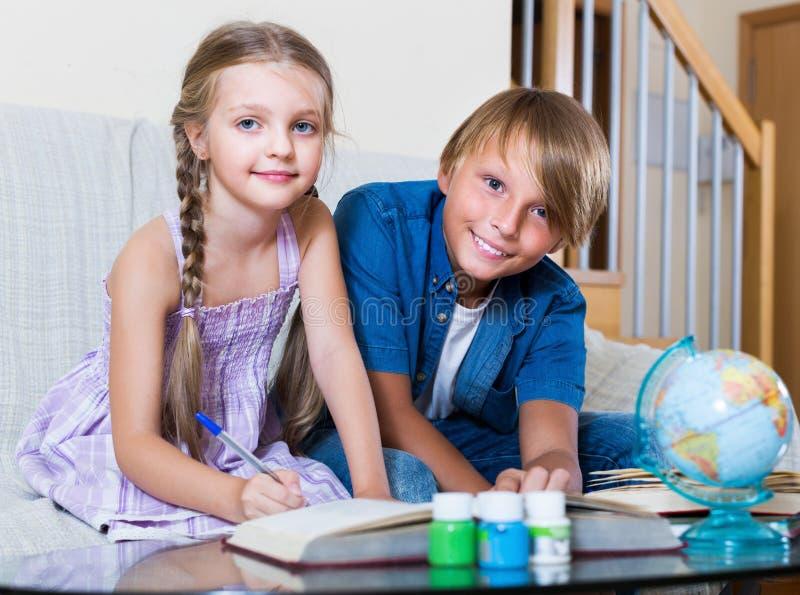 Enfants faisant le travail ordinaire ensemble photographie stock libre de droits