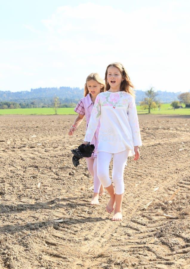 Enfants - filles marchant sur le champ images libres de droits