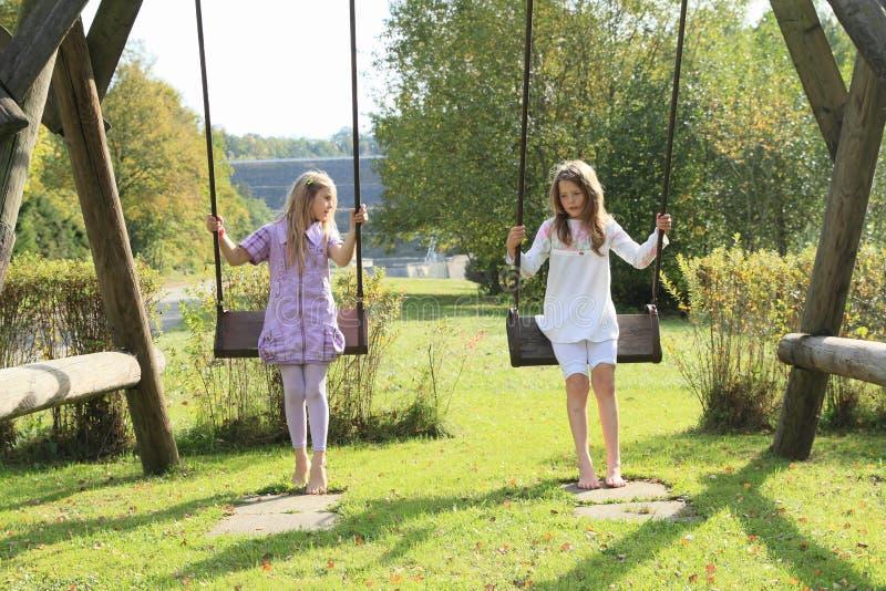 Enfants - filles sur l'oscillation photos stock