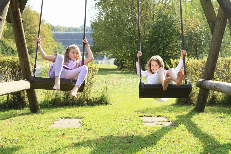 Enfants - filles sur l'oscillation images stock