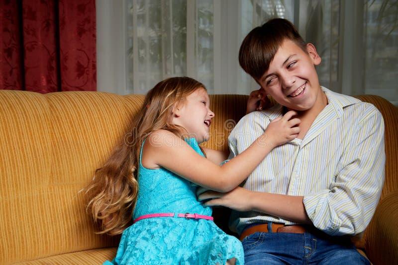 Enfants frère et soeur ayant l'amusement riant de la maison images stock