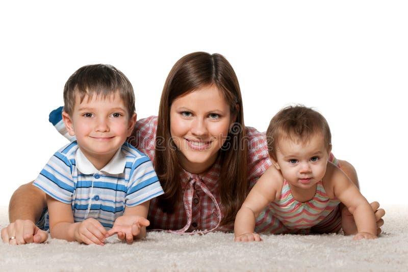 Enfants gais avec la mère de sourire images stock