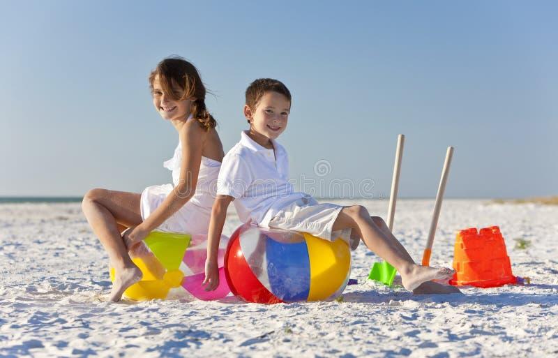 Enfants, garçon et fille, jouant sur une plage images stock
