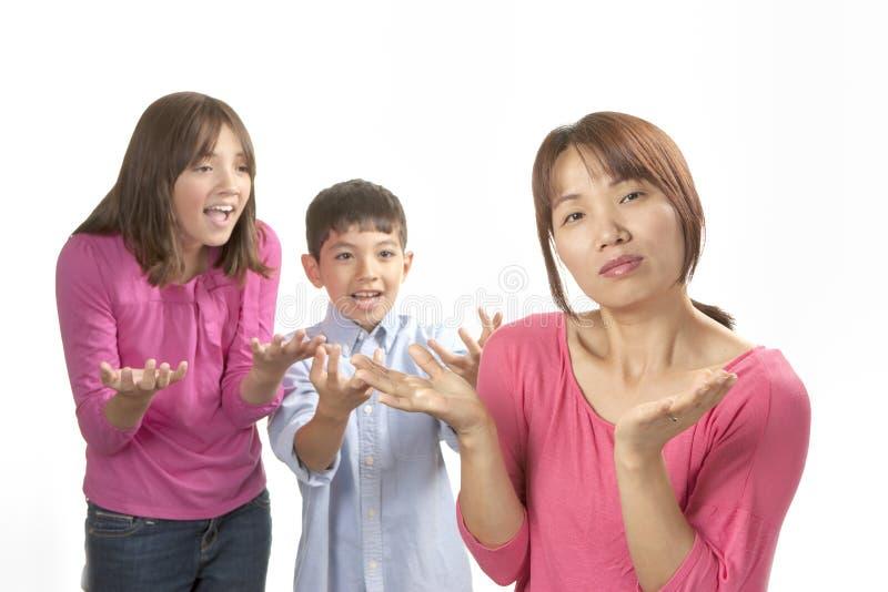 Enfants harcelant la maman image stock