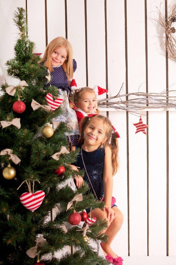 Enfants heureux attendant Santa Claus image libre de droits