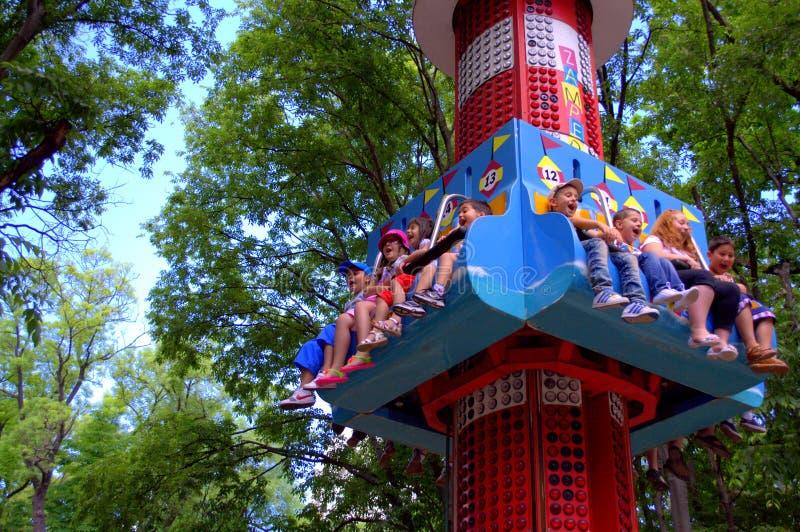 Enfants heureux au parc d'attractions image stock