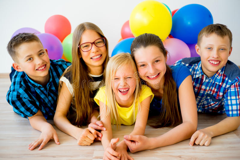 Enfants heureux avec des ballons image stock