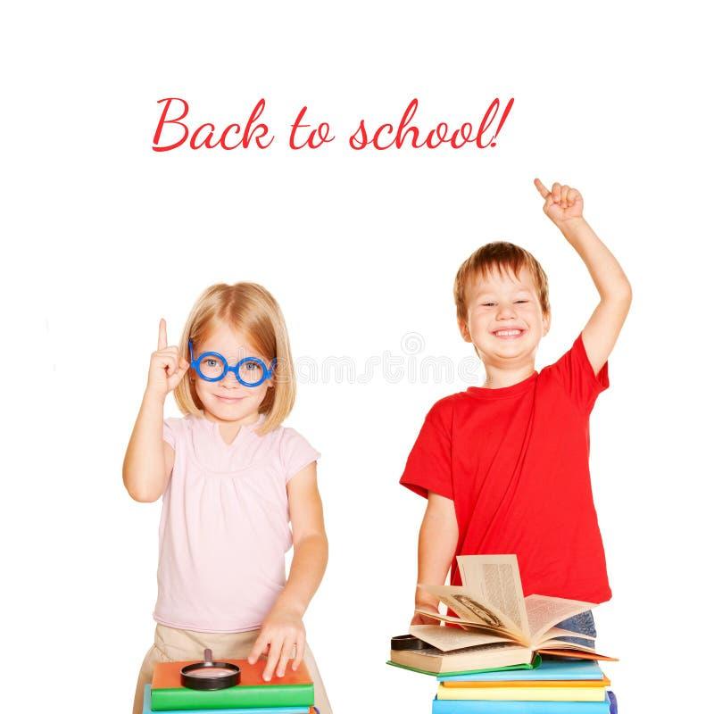 Enfants heureux avec des livres De nouveau à l'école image stock